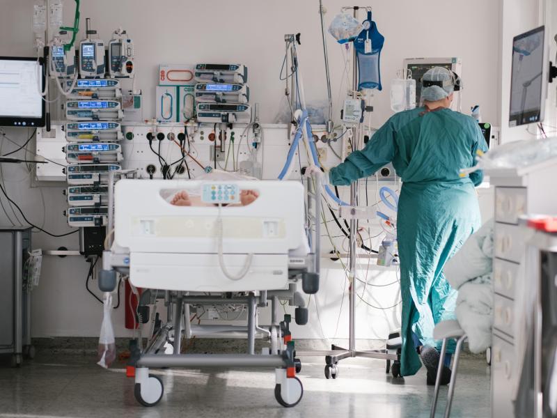 Eine Intensivpflegerin versorgt auf einer Braunschweiger Intensivstation einen an Covid-19 erkrankten Patienten. Foto: Ole Spata/dpa (© Ole Spata)