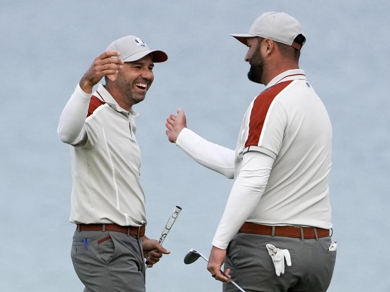 Gewannen drei Matches gemeinsam: Die Spanier Sergio Garcia (l) und Jon Rahm. Foto: Jeff Roberson/AP/dpa (© Jeff Roberson)