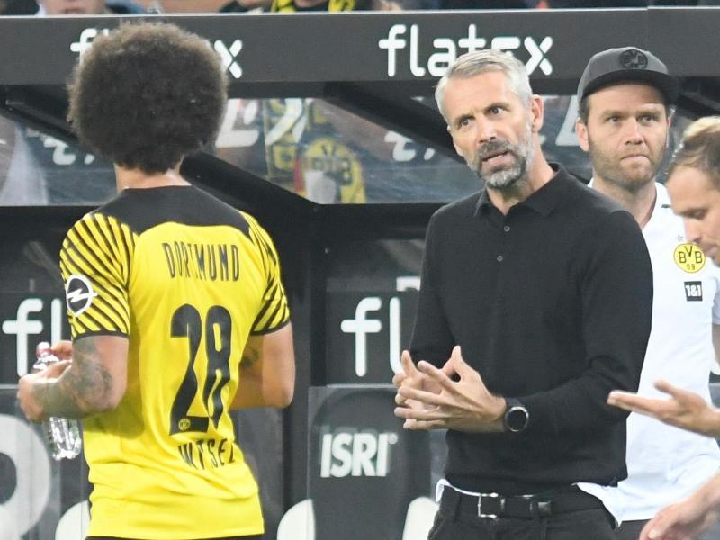 Dortmunds Trainer Marco Rose (M) gibt Axel Witsel (l) Anweisungen. Foto: Bernd Thissen/dpa (© Bernd Thissen)