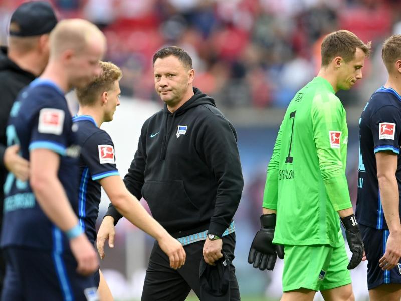 Denkt trotz der zwei hohen Niederlagen von Hertha BSC nicht an Rücktritt: Trainer Pal Dardai (M). Foto: Robert Michael/dpa-Zentralbild/dpa (© Robert Michael)