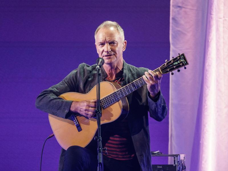 Sting bei der Eröffnung des Reeperbahn-Festivals auf der Bühne des Stage Operettenhauses. Foto: Axel Heimken/dpa (© Axel Heimken)