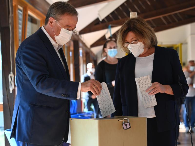 Falsch gefaltet: Armin Laschet und seine Frau Susanne stecken ihre Wahlscheine in die Urne. Foto: Federico Gambarini/dpa-Pool/dpa (© Federico Gambarini)