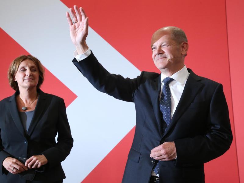 Olaf Scholz, Finanzminister und SPD-Kanzlerkandidat, winkt neben seiner Frau Britta Ernst während der Wahlparty im Willy-Brandt-Haus. Foto: Wolfgang Kumm/dpa (© Wolfgang Kumm)