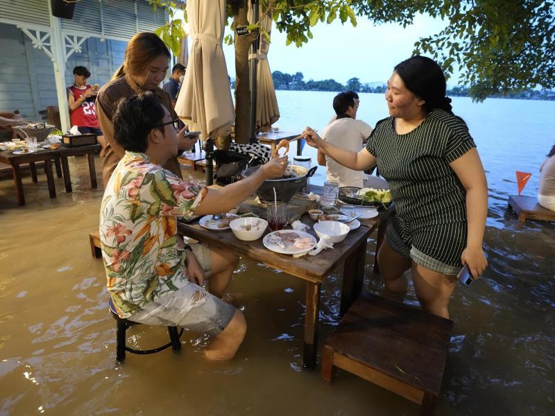 Das am Fluss Chao Phraya in Thailand gelegene, überflutete