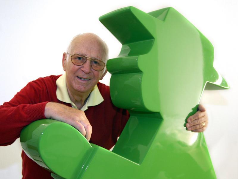 Der Erfinder des Ampelmännchens, Karl Peglau, mit einem überdimensionalen Ampelmännchen. Foto: picture alliance / Stephanie Pilick/dpa (© Stephanie Pilick)