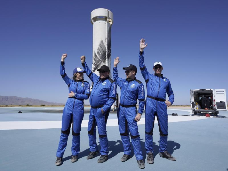 Die Passagiere der «New-Shepard»-Rakete von Blue Origin:Audrey Powers (l-r), William Shatner, Chris Boshuizen und Glen de Vries. Foto: Lm Otero/AP/dpa (© Lm Otero)