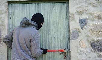 Einbrecher stehlen Waren im Wert von 20.000 Euro aus Telekomladen -