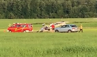 Foto: Kleinflugzeug überschlägt sich in Durach - Pilot bei Unfall auf der Start- und Landebahn leicht verletzt