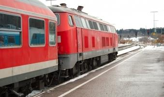 Foto: Zug erfasst Auto an Bahnübergang bei Pfronten - Autofahrer stirbt noch am Unfallort