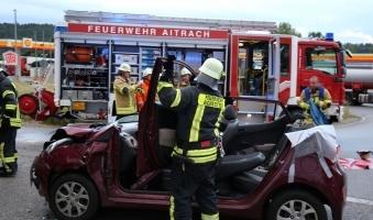 Feuerwehr befreit 23-Jährige nach Unfall aus Pkw -