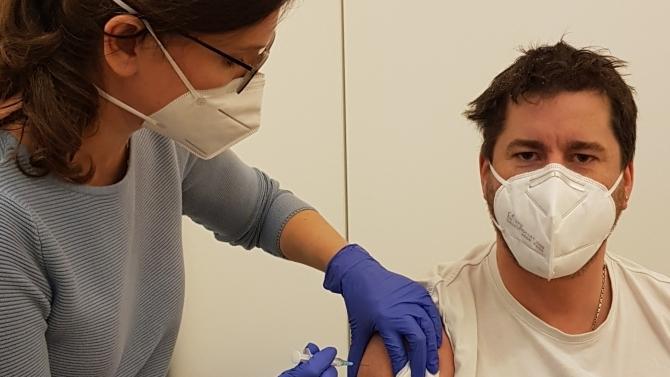 Impfung von Christian Bader, stellvertretender pflegerischer Leiter der Notaufnahme an der Klinik Immenstadt (© Klinikverbund Allgäu)