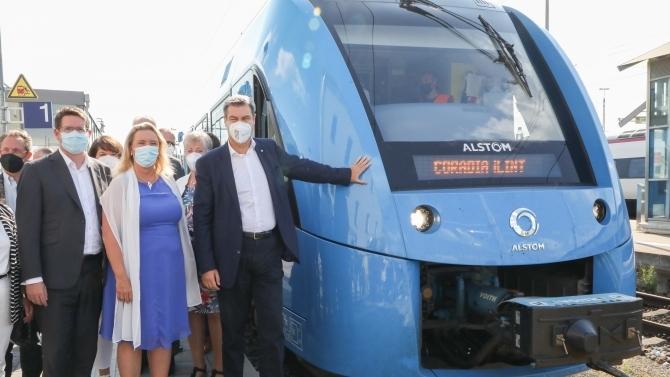 Ministerpräsident Dr. Markus Söder und Verkehrsministerin Kerstin Schreyer vor dem Wasserstoffzug im Allgäu. (© Andreas Reimund)
