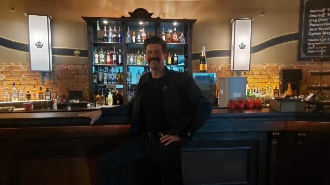 Besitzer Hannes Palmer an der Bar, an der bald viele andere Menschen stehen werden (© AllgäuHIT I Ingrid Reitenbach)