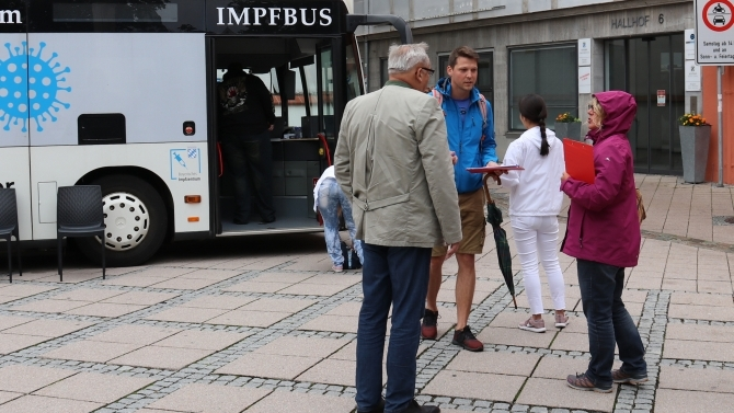 Oberbürgermeister Manfred Schilder im Gespräch mit Leuten in der Warteschlange auf dem Hallhof. (© Foto: Alexandra Wehr/ Pressestelle Stadt Memminge)